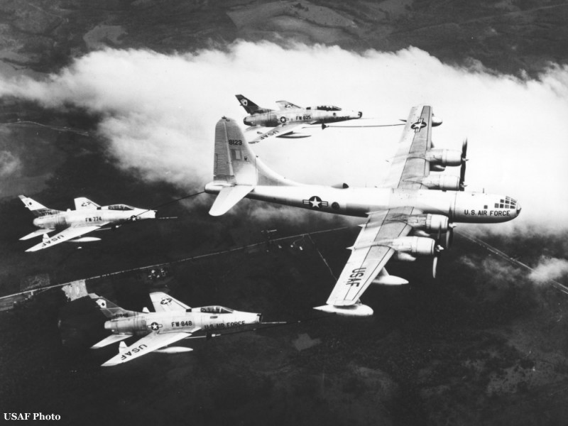 KB-50J refueling F-100s