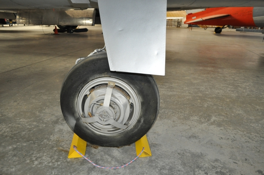 F-100 Super Sabre main gear