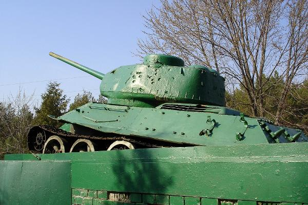 tank-in-stracholesye-village.jpg