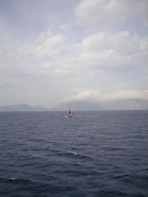 Het eiland Symi in de wolken