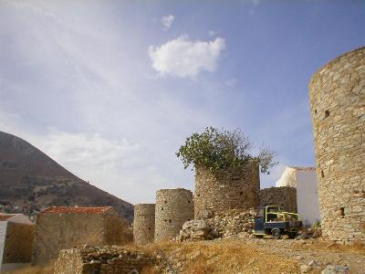 De windmolens boven in Yialos
