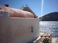 De kleien kerk in de baai van Agia Anna.