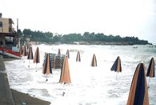 Een storm deed het strand Agia Pelagia verdwijnen.