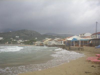 Almirida strand op een stormachtige dag.