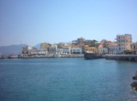 Het centrum van Agios Nikolaos in de verte.