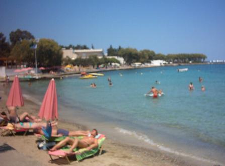 Ammoudi strand (300 meter vanaf het begin van de  promenade in het centrum).