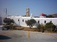 De buitenkant van het klooster in Ano Mera