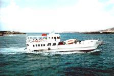 Het kleine veerbootje dat tussen Antiparos en Paros pendelt