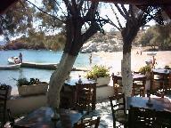 blik vanuit de taverne op het strand van Apandima Beach in het westen van Antiparos