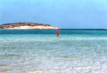 Ik in een van de baaien om de hoek van Antiparos stad