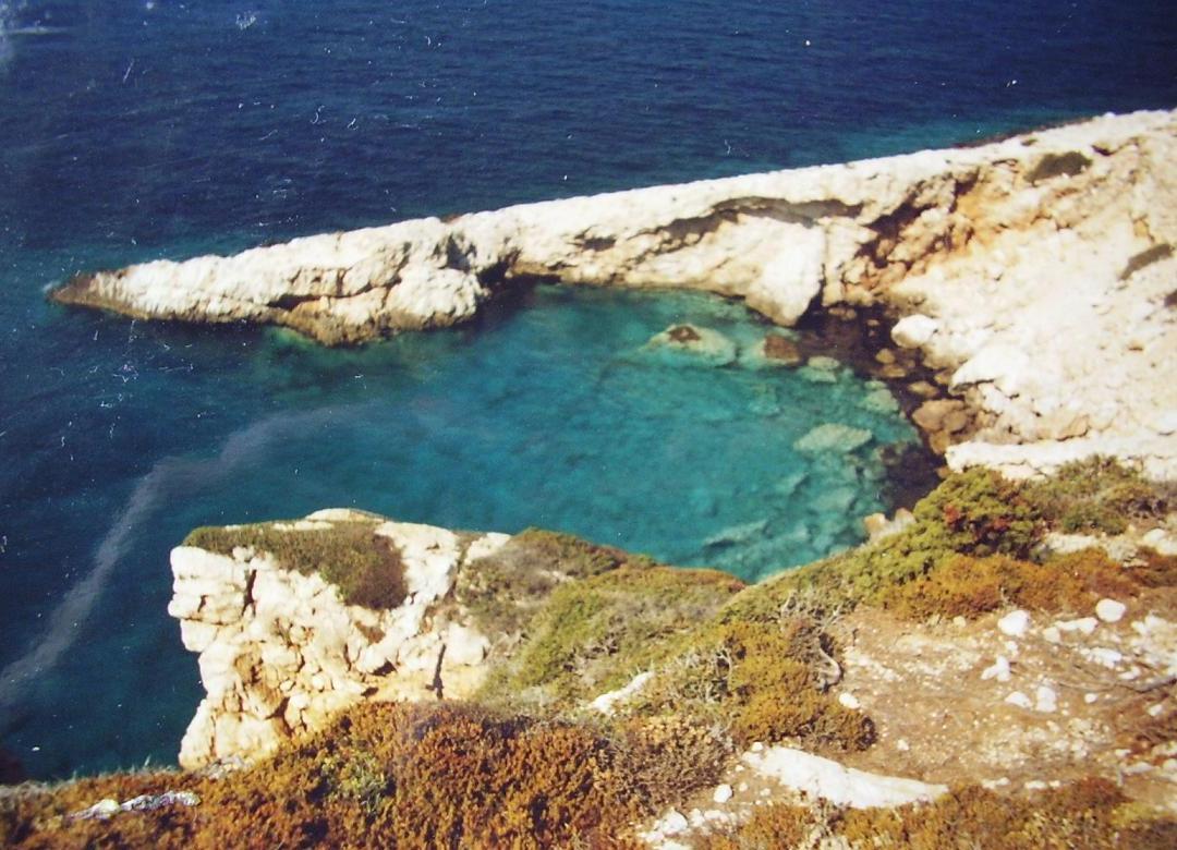 Rotsen langs de kust van Donoussa