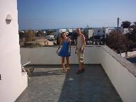 Anna en Wilbert op een terras in Ikia