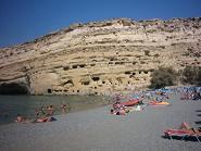 De grotten in de rots bij Matala Beach.