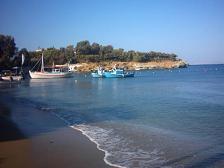 De rotsen aan het einde van het strand van Agia Pelagia
