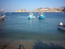 Boten in de baai van Agia Pelagia.