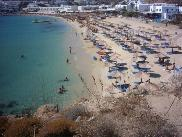 Het strand van Platis Gialos.
