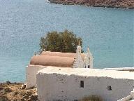 Een kerk in Agios Sostis die eruit ziet als twee kerkjes naast elkaar