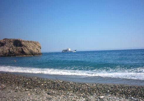 Een veerboot bij het strand van Sougia.