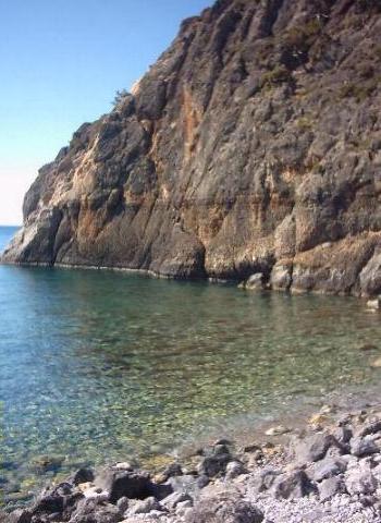 Een rots in de haven van Sougia.
