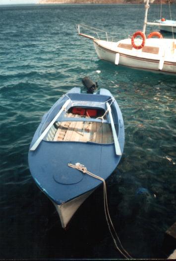 Een boot in de baai van Yialos op Symi