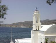Een blik over de kerk bij Stavros Beach