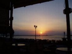 Zonsondergang op een terrasje in Tinos Stad