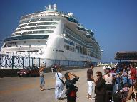 Enorme cruiseboten leggen aan in Tourlos.