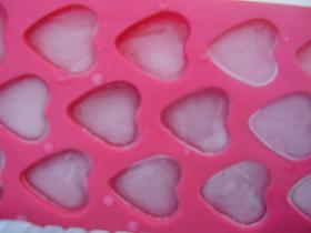 Heart shaped ice cubes, hartvormige ijsblokjes.