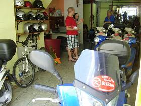 Vivi van Kiklos Autoverhuur op Samos met twee klanten